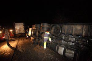 Szarvasmarhákat szállító teherjármû borult fel Nádasdnál